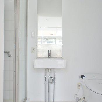 コンパクトな洗面台※写真は4階の同じ間取りの別部屋になります。
