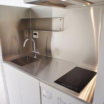 キッチンはステンレスのクールなデザイン※写真は4階の同じ間取りの別部屋になります。