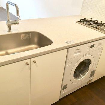 大きなキッチン。下に洗濯機が埋め込まれています!