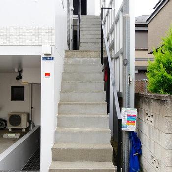 一直線階段!2つ上がった先に見えるのが今回のお部屋です。