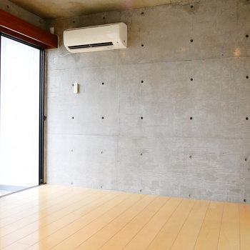こちらはコンクリの壁。ベッドは壁際かな。