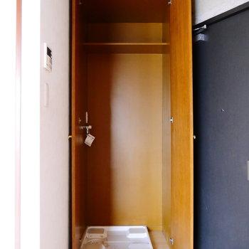 洗濯機置場は玄関横に。