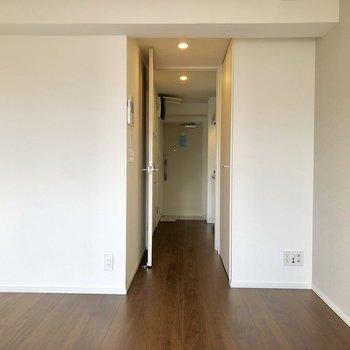 白い壁ですっきり〜部屋が広く見えますね〜!