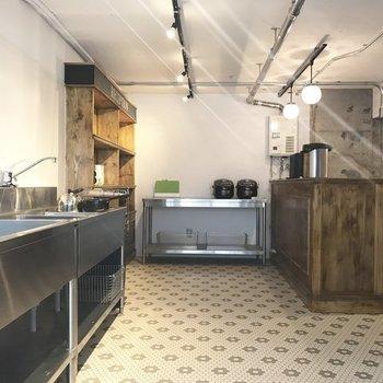 この共用のキッチンはこんなに広々!すごい…※写真は前回募集時のものです