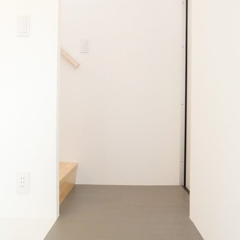 玄関はこちら。すぐ階段です。※写真は前回募集時のものです