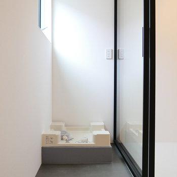 洗濯機置場は玄関横に。窓あるので、大きさ注意!※写真は前回募集時のものです