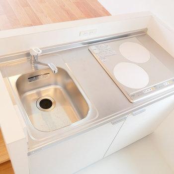 キッチンは対面式のIH二口コンロ!※写真は前回募集時のものです
