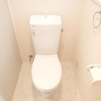 トイレはシンプル。窓あります。