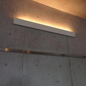 壁の照明が良い雰囲気です。下にあるのはフック※写真は別部屋です