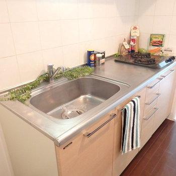ガスコンロは2口で料理もはかどる!※写真は別部屋です