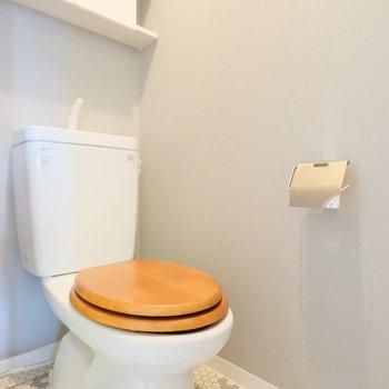 トイレは木便座が床の柄にマッチしてます◎