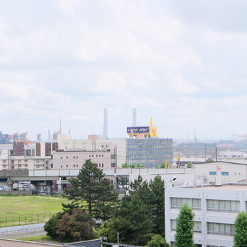 ベランダに出て左側には工場地帯が。工場の夜景って綺麗らしいです!みたい!