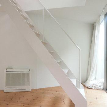 自然光に照らされる白い階段 ※写真は前回募集時のものです。