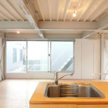 キッチンから眺める、工業的ルーム ※写真は前回募集時のものです。