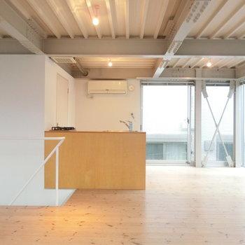 キッチンと階段の手すり ※写真は前回募集時のものです。