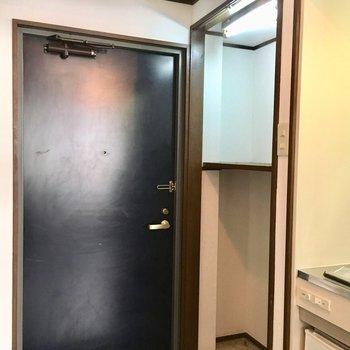 玄関スペースに洗濯機置場あります!