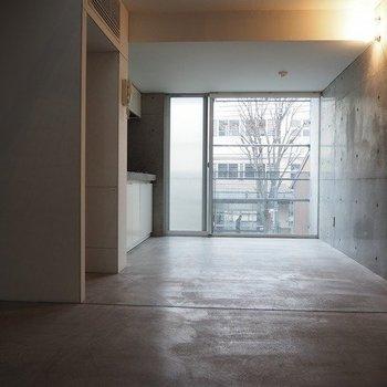 下階のキッチン前スペースです。※写真は別部屋