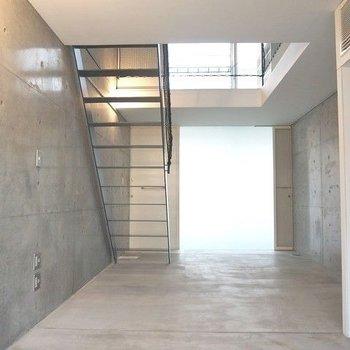 階段と吹き抜けが魅力的な空間をつくります。※写真は別部屋