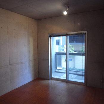 こっちが寝室かな。※写真は2階の反転間取り別部屋です。