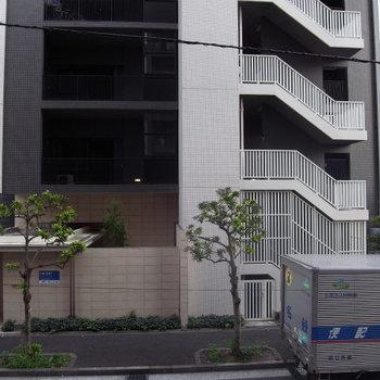 眺望は向かいの建物。※写真は2階の反転間取り別部屋です。