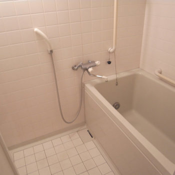お風呂は意外と普通。※写真は2階の反転間取り別部屋です。