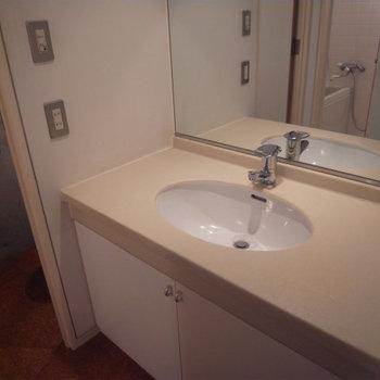 ひろーい洗面台。※写真は2階の反転間取り別部屋です。