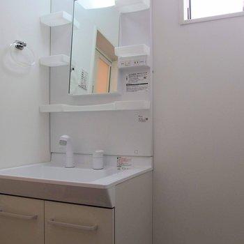 独立洗面台は収納があるので、朝の支度はこちらで。 ※写真は1階の反転間取り別部屋です。
