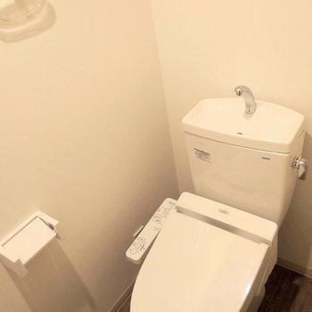 トイレは嬉しい温水洗浄機付き。 ※写真は1階の反転間取り別部屋です。