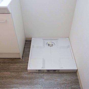 洗濯機置場はそのお隣に。 ※写真は1階の反転間取り別部屋です。