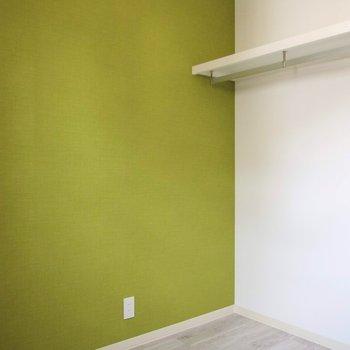 【洋室】洋室にはオープンクローゼットがありました。※写真は1階の反転間取り別部屋です。