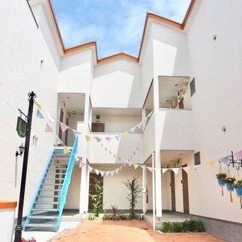 海外のお家のような外観。 ※写真は1階の反転間取り別部屋です。