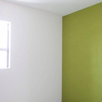 【洋室】洋室のアクセントカラーはオリーブ色。 ※写真は1階の反転間取り別部屋です。