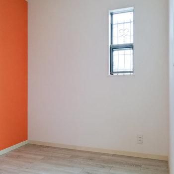 寝室にもオレンジ!シングルベッドが適切。