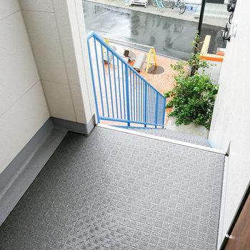 お部屋まではブルーの階段で。