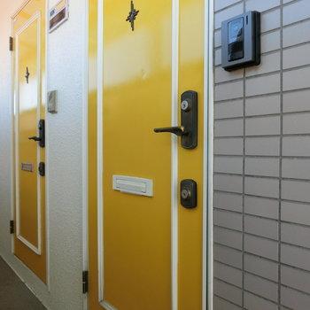 イエローの玄関扉