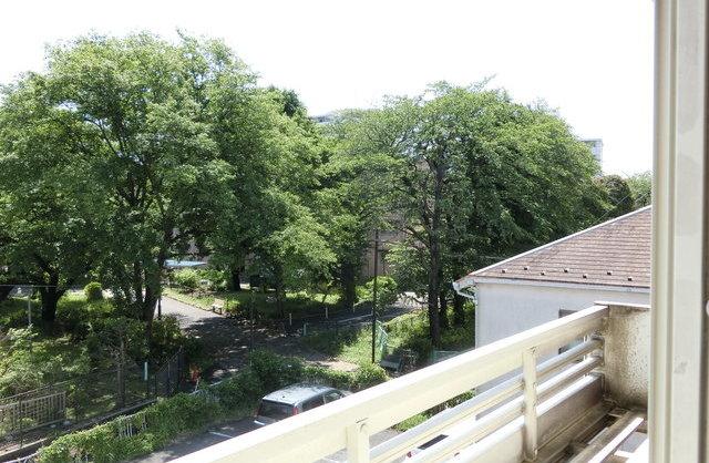 ロフトから眺める緑とベンチのお部屋