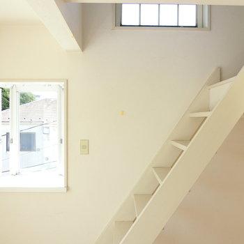 出窓と白い階段