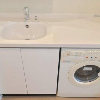 ドラム式洗濯機付き!!洗面台右側のスペースも使えそう〜