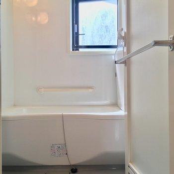 バスルームは小窓付きで爽やか〜に!