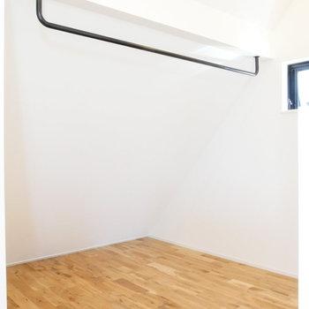 4.3帖のベッドルーム。パイプハンガーで無駄ない空間。
