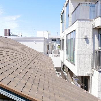 ここからの眺めはお隣さんの屋根!
