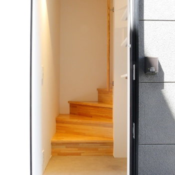玄関入ってすぐ階段。