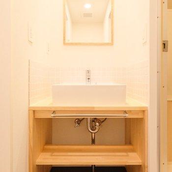 シンプルで温かみのあるデザインの造作洗面台と