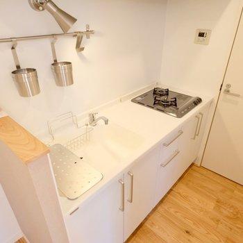 キッチンは使いやすい2口コンロ。シンクも大きい!