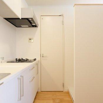 アクセントクロスに覆われたキッチンルームはこちら!