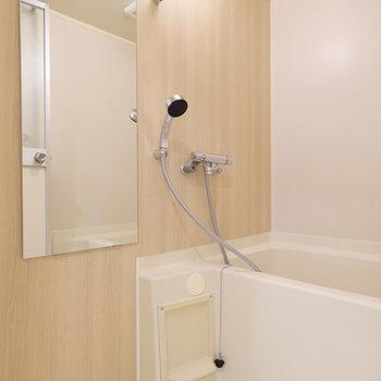 お風呂場は既存にアクセントシートと鏡を新しく!水栓も新しいので綺麗ですね◎