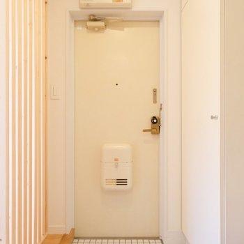 玄関のタイルとパーテーションにテンションが上がります。