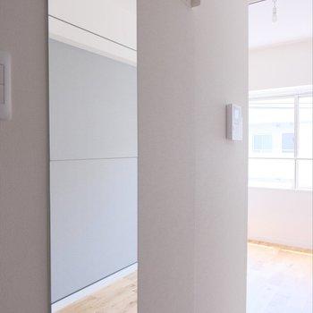 玄関廊下には全身鏡とコート掛けがありますよ◎