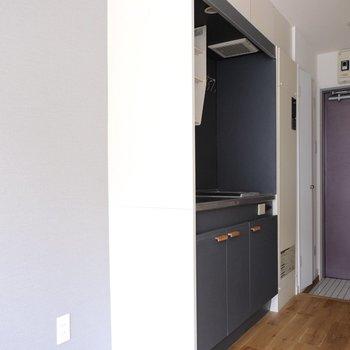 玄関扉、キッチン、アクセントシートの色合いがマッチ