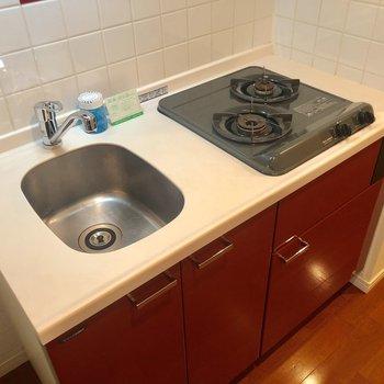 収納豊富な赤いキッチン!2口ガスコンロです!